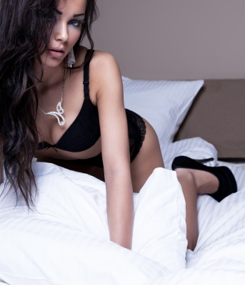 sexy-dame-op-bed